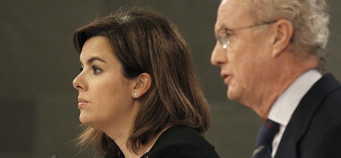 La vicepresidenta del Gobierno, Soraya Sáenz de Santamaría, y el ministro de Defensa, Pedro Morenés, en la rueda de prensa posterior a la reunión del Consejo de Ministros