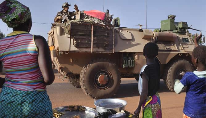 Algunos malineses saludan a las tropas francesas a su paso por la ciudad de Konobougou