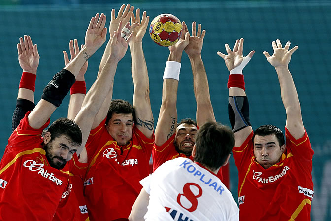 El croata Kopljar tira a portería en el partido ante España