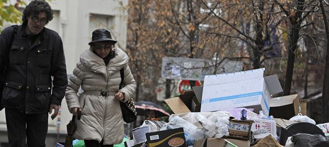 Aspecto que ofrece una calle de Granada donde se acumula la basura