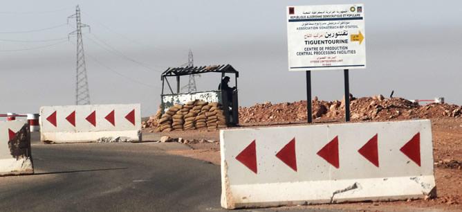 Un soldado argelino en un puesto de control a 10 km de la planta de gas Tiguentourine.