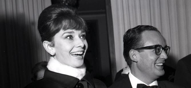 Fotografía de archivo tomada el 22 de noviembre de 1961 que muestra al productor de cine italiano Dino De Laurentiis junto a la actriz británica Audrey Hepburn.
