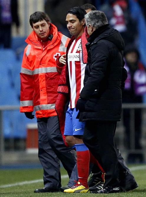 El delantero colombiano del Atlético de Madrid Radamel Falcao sale del campo tras lesionarse, durante el partido frente al Levante de la vigésima jornada de la liga