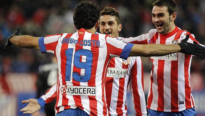 El centrocampista del Atlético de Madrid Koke Resurrección (c) celebra con sus compañeros, el delantero brasileño Diego Costa (i) y el delantero Adrián López (d), el gol que ha marcado, el segundo de su equipo ante el Levante durante el partido de la vigésima jornada