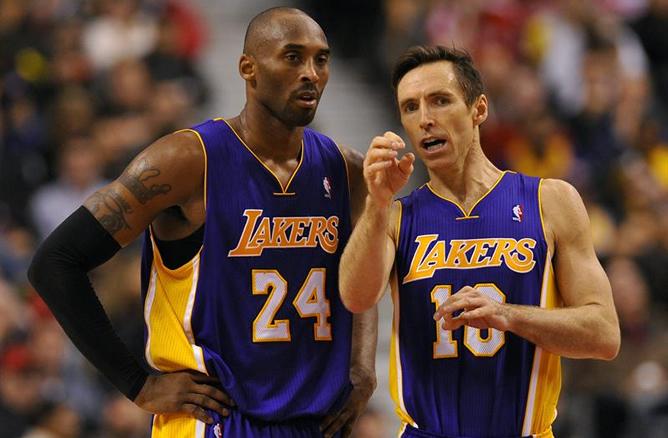 Los jugadores de los Lakers Kobe Bryant (i) y Steve Nash (d) hablan espera durante un receso de las acciones ante los Raptors