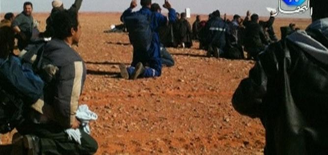Un grupo de rehenes en las instalaciones de la planta de gas asaltada en Argelia
