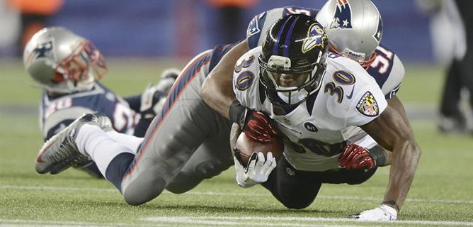 El jugador de los Baltimore Ravens Bernard Pierce, en una acción con su rival de los New England Patriots Jerod Mayo