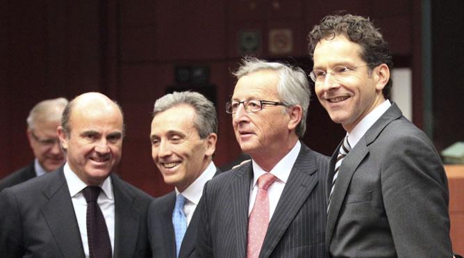 De izquierda a derecha, los ministros de Economía de España, Luis De Guindos, y de Italia, Vittorio Grilli, el presidente del Eurogrupo y primer ministro de Luxemburgo, Jean-Claude Juncker, y el candidato a sucederle al frente del Eurogrupo, el titular holandés de Economía, Jeroen Dijsselbloem