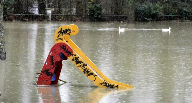 Estos días de lluvia ha obligado a las autoridades a la apertura del embalse de Ullibarri-Gamboa, lo que ha provocado la inundación en las riveras del río Zadorra, a su paso por Vitoria