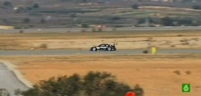 Imagen del vídeo de La Sexta, que ha captado los coches de carreras en las pistas del aeropuerto de Castellón
