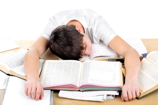 CEAPA denuncia el recorte de los programas de refuerzo y apoyo en los colegios mientras se sobrecarga a los alumnos con tareas para casa