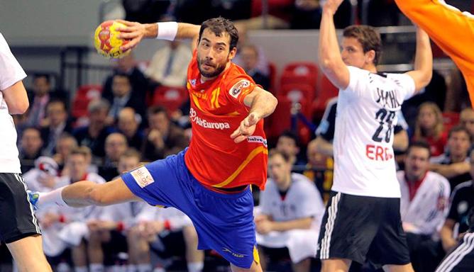 El central de España Daniel Sarmiento (c) realiza un tiro a puerta, durante el encuentro frente a Alemania correspondiente a cuartos de final del Mundial de Balonmano