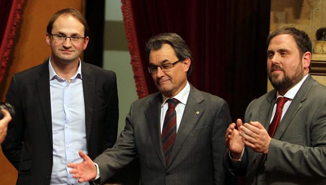 El líder de ICV-EUiA, Joan Herrera; el presidente de la Generalitat, Artur Mas; y el líder de ERC, Oriol Junqueras, tras la votación en la que el pleno del Parlamento catalán