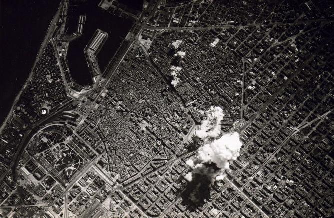 Imatge d'un bombardeig a la ciutat de Barcelona durant la Guerra Civil
