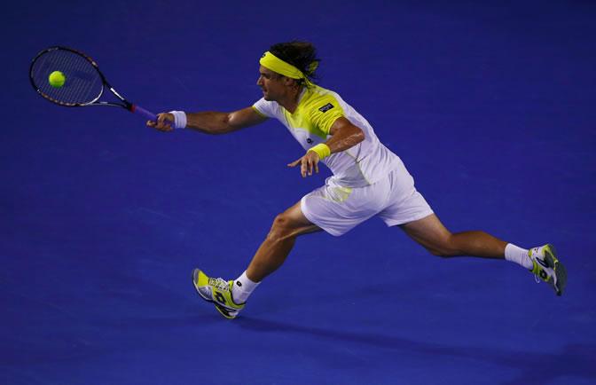 Ferrer devuelve una bola a Djokovic