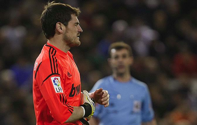 Casillas, con gesto de dolor cuando abandona el terreno de juego de Mestalla