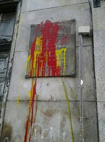 La placa que homenajea a los abogados laboralistas de Atocha, asesinados el 24 de enero de 1977 en un despacho de la calle Atocha de Madrid ha aparecido pintada con los colores de la bandera española justo cuando se cumplen 36 años del crimen