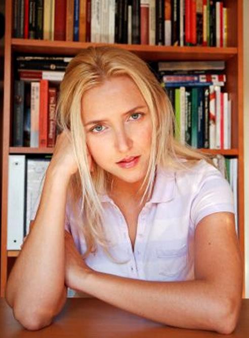 La esposa de Carlos Mulas, Zoe Alameda, asegura que ella es Amy Martín, la autora fantasma de la Fundación Ideas