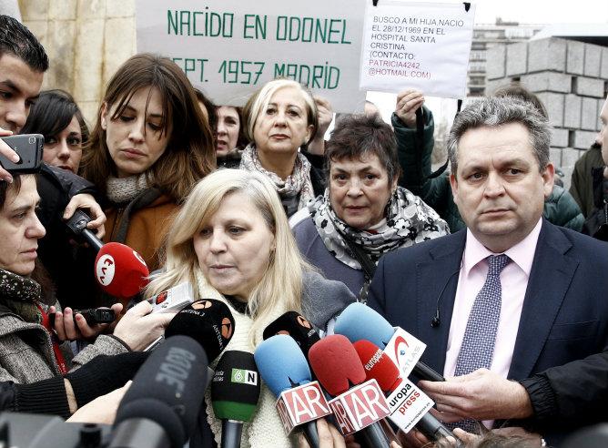 Purificación Betegón, madre responsable de la segunda imputación a sor María, con su abogado Alipio Barbero