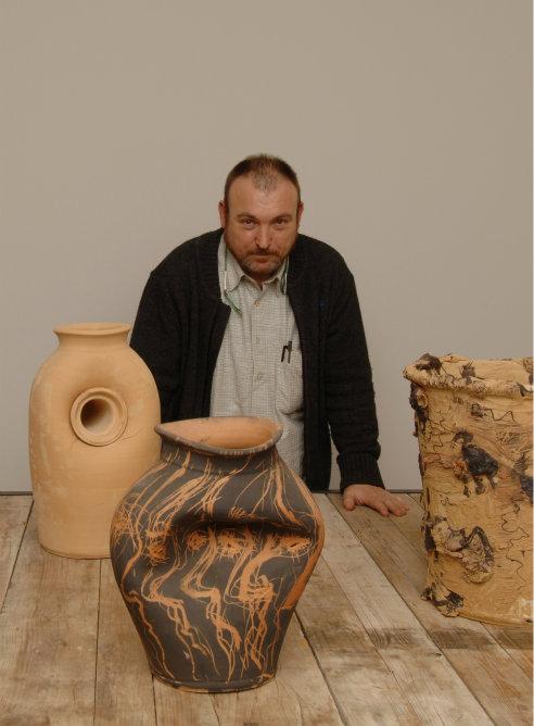 Miquel Barceló con parte de su obra en cerámica