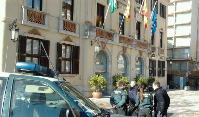 La Guàrdia Civil davant l'Ajuntament de Lloret de Mar