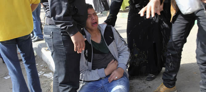 La gente reacciona tras escuchar el veredicto final del Puerto Said masacre 2012, en Port Said Reacciones de familiares de los acusados tras escuchar el veredicto final de la tragedia de Port  Said.