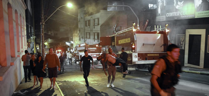 Según testimonios de los supervivientes, solo había una salida operativa, y hacia allí se dirigieron todos en tromba en cuanto comenzó el fuego, produciéndose momentos de pavor.