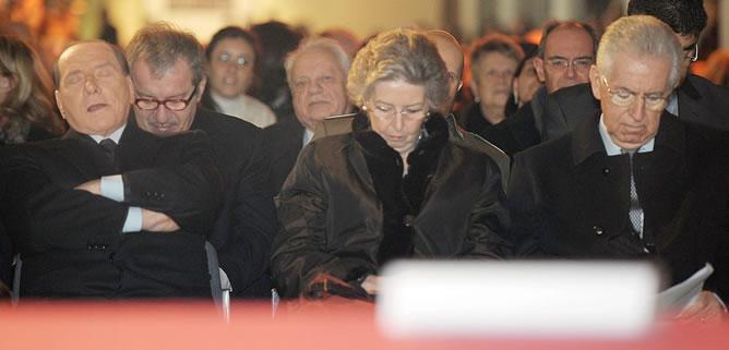 Berlusconi sentado con Monti y su esposa en el acto en conmemoración del Holocausto en Milán.