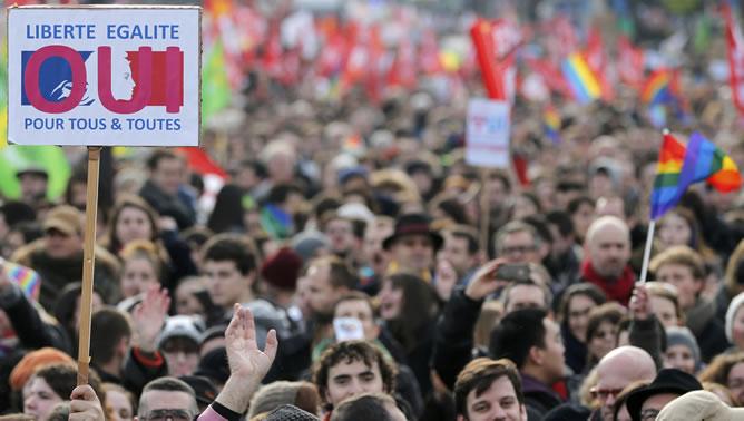 Manifestantes en París en defensa del matrimonio y la adopción para las parejas homosexuales.