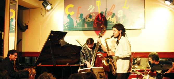 Javier Colina durante su actuación en El Café Central  de Madrid