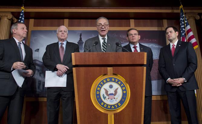 El grupo de senadores de ambos partidos conformado, entre otros, por Dick Durbin, John McCain, Chuck Schumer, Robert Menendez y Marco Rubio en una rueda de prensa en el Capitolio en Washington