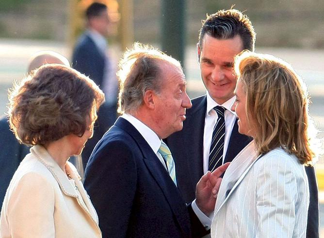 El rey conversa con los duques de Palma en presencia de la reina