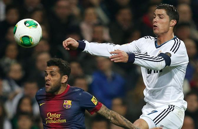 Alves pugna con Cristiano por el balón