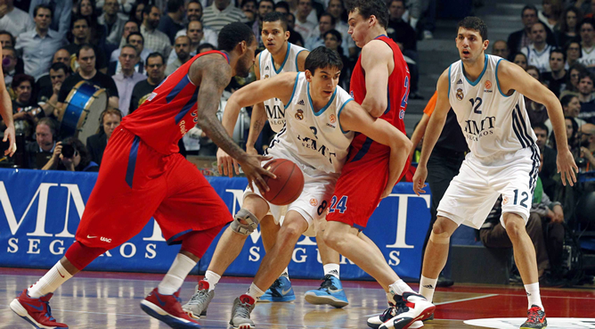 El alero del Real Madrid Carlos Suárez (c) y su compañero, Nikola Mirotic, ante el pívot del CSKA Moscú Sasha Kaun (2d), durante el partido correspondiente 'Top 16' de la Euroliga de baloncesto