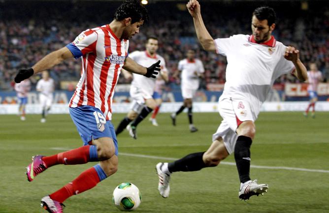 El jugador brasileño trata de zafarse del bosnio que acabaría siendo expulsado por una mano dentro del área