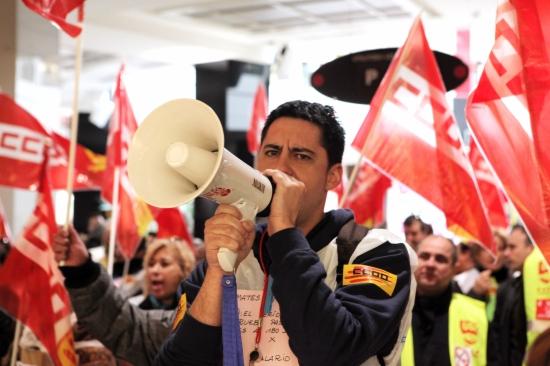Un grup de treballadors es manifesta pel bloqueig del conveni de grans magatzems
