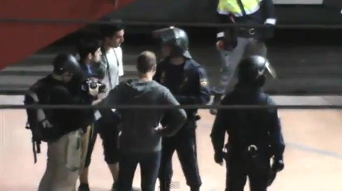Identificaciones en los andenes de la estación de Cercanías de Atocha. Captura del vídeo de Youtube '25 S Carga policial Atocha' del usuario Manuel Pérez