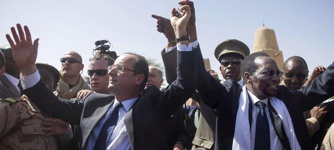 El presidente francés, François Hollande, junto a su homólogo maliense, Dioncounda Traoré