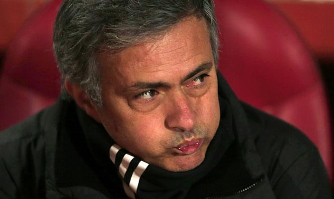 Mourinho resopla en el banquillo de Los Cármenes