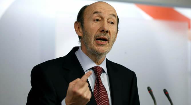 El secretario general del PSOE, Alfredo Pérez Rubalcaba, durante la rueda de prensa celebrada esta mañana en la sede del partido, en la que ha pedido que el jefe del Ejecutivo, Mariano Rajoy, abandone la presidencia del Gobierno.
