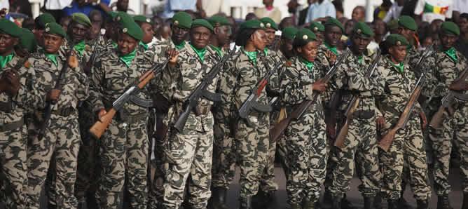 Un grupo de soldados malienses tras la visita del presidente francés François Hollande.