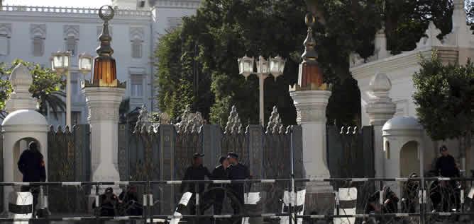 Policías egipcios protegen la puerta del Palacio Presidencial en El Cairo