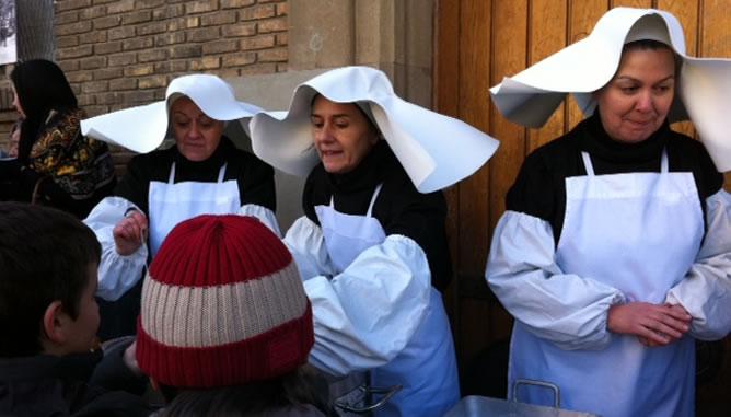 Voluntarios recrean las colas que hasta mediados de siglo se podían ver a las puertas de la Caridad en busca de alimento.