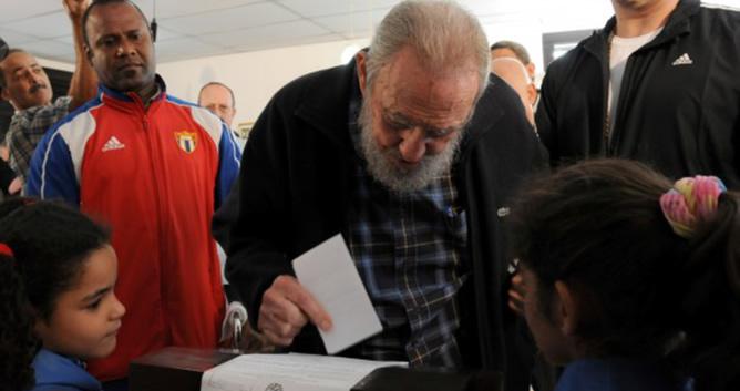 Fidel Castro, en el momento en el que introducía su papeleta en la urna