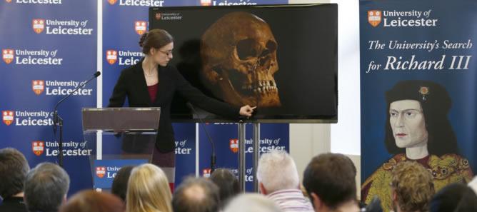 La arqueóloga Jo Appleby explica el hallazgo de los restos de Ricardo III en una conferencia en Leicester
