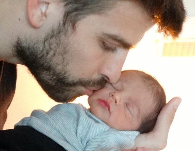 El futbolista Gerard Piqué besa a su hijo Milan