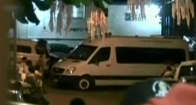 Captura de pantalla de TVE en la que se ven furgones saliendo del lugar de los hechos. Las autoridades de Guerrero, en México, han puesto en marcha un dispositivo policial para detener a los supuestos agresores de las turistas españolas