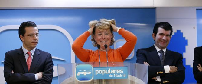 La presidenta del PP madrileño, Esperanza Aguirre, junto a Javier Fernández-Lasquetty (i), y el diputado en la Asamblea Bartolomé González, durante la rueda de prensa posterior al encuentro con ambos