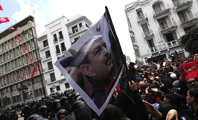 Manifestantes tunecinos gritan consignas durante una manifestación después de la muerte del líder de la oposición tunecina Belaid frente al ministerio del Interior en Túnez