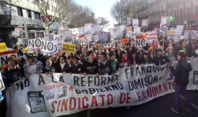 Los estudiantes recorren el centro de Madrid en una manifestación contra la reforma educativa que prepara el Ministerio de Educación